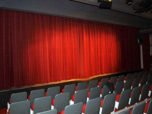 telón de teatro apertura americana en terciopelo rojo