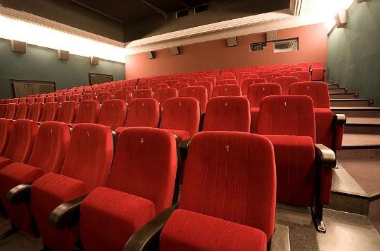 Butacas para mejorar la acústica de un cine