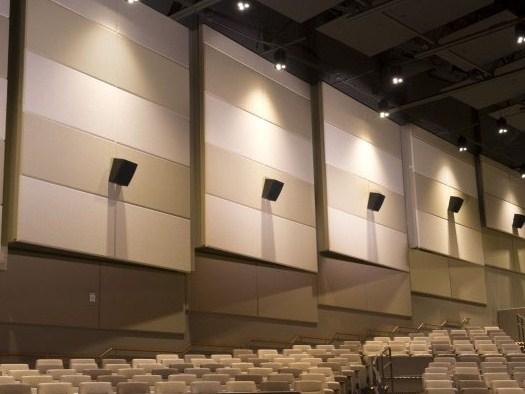 paredes tapizadas con paneles dentro de un cine
